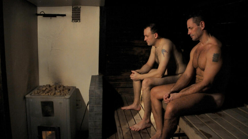 UTEN EN TRÅD: Den ømme, lille dokumentaren «Fortellinger fra saunaen» tar med seg en gruppe menn inn i saunaen og lar dem snakke fritt.