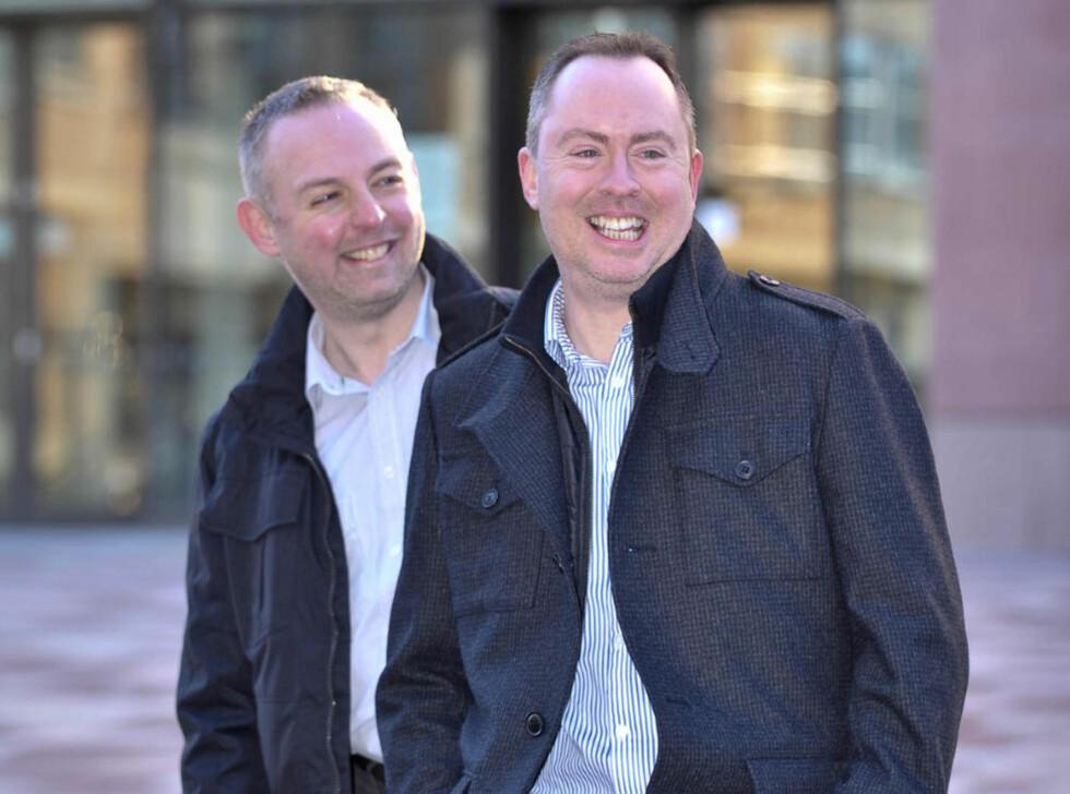 DISKRIMINERT: Steven Preddy (venstre) og Martin Hall ble nektet overnatting i samme seng, fordi de lever i partnerskap. Nå er hotelleierne dømt til å betale dem 33 500 kroner i oppreisning. Foto: Ben Birchall/AP/Scanpix