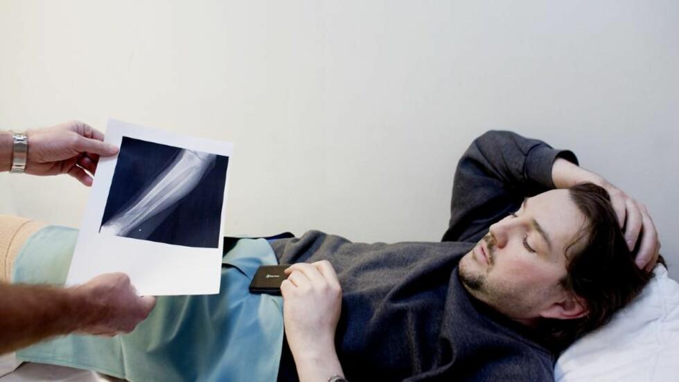 KNEKT PÅ TO STEDER: Joakim Røsberg (39) skulle ut og hente lunsj da han skle på det glatte føret og knakk leggen på to steder. Her viser Seksjonsoverlege ved Oslo skadelegevakt Knut Melhuus, Rødberg røntgenbilde av leggen som er knekt på to steder. Foto: Espen Røst/Dagbladet