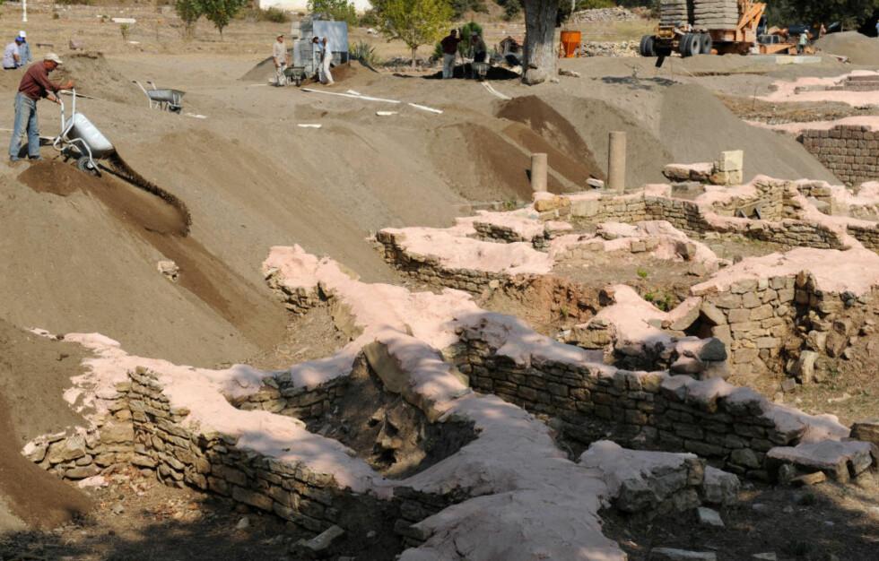 ELDGAMMELT SPA: I høst begynte arbeidet med å dekke oldtidsruinene i Allianoi med sand. Her skal det bygges damanlegg for å sikre vannforsyningene. Fortsatt kjemper aktivister for å forhindre at ruinene blir oversvømt. Foto: AFP/BULENT KILIC