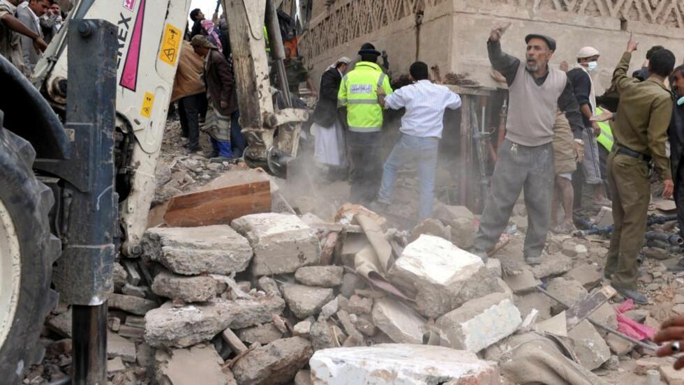 BYGG RASTE SAMMEN:  Redningsmannskaper jobber på stedet der en bygning kollapset i Jemens hovedstad Sana natt til onsdag. Det fryktes at mange mennesker er innesperret under bygningsrestene. Foto: EPA/YAHYA ARHAB/SCANPIX