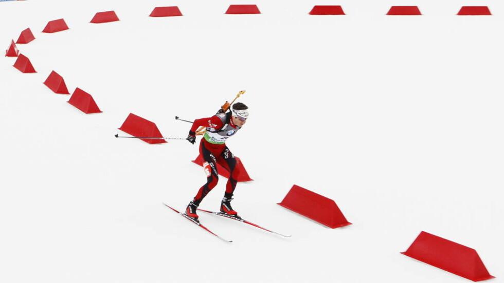 FIRE BOMSKUDD UNNA: 100 meter ut i sin 667. strafferunde i karrieren, når Ole Einar Bjørndalen 100-kilometerspunktet.  Foto: Heiko Junge / Scanpix