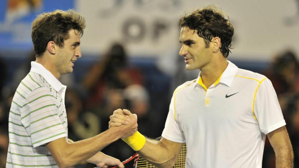 I TRØBBEL: Franskmannen Gilles Simon (t.v.) rystet verdenstoer Roger Federer under andre runde av Australian Open. Federer vant til slutt 6-2, 6-3, 4-6, 4-6, 6-3.Foto: Paul Crock, AFP/Scanpix
