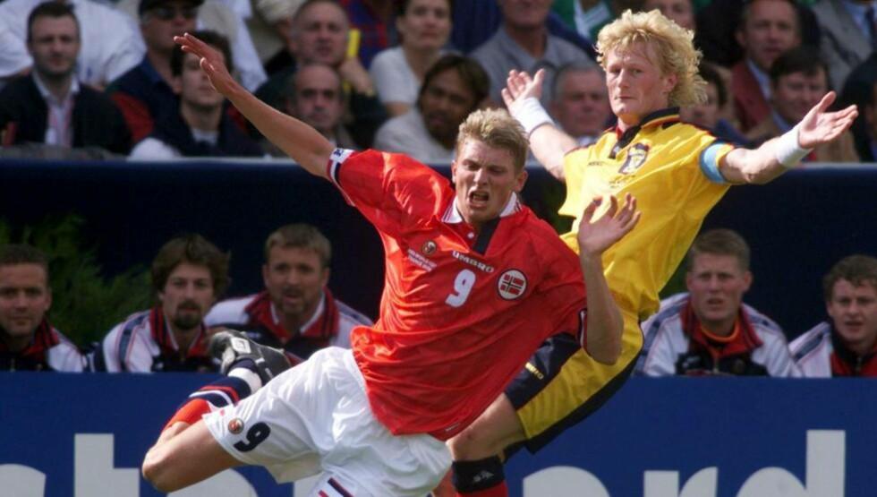SØRGET: Colin Hendry, her i duell med Tore Andre Flo under VM i 1998, forteller om sorgen han måtte takle etter konas død i sommer.Foto: SCANPIX/REUTERS