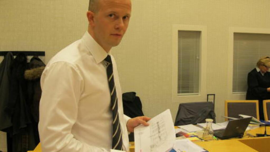 FANT HUSKELAPPER: Her holder aktor Svein Holden kopier av huskelappene Stig Millehaugen hadde skrevet. Foto: Jonas Sverrisson Rasch