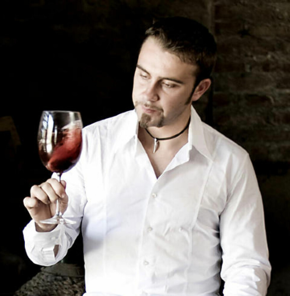 BAROLO: Luca Roagna med  førsteklasses Barolo i glasset.