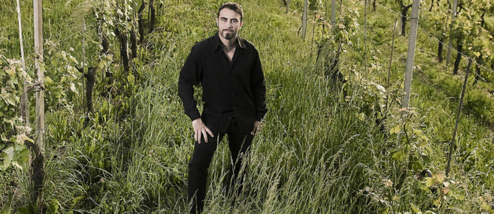 FØRSTEKLASSES NEBBIOLO: Luca Roagna blant vinrankene som gir førsteklasses Barolo. Den berømte vinen lages av 100 prosent nebbiolo, tåkedruen som trives i åsene i Piemonte.