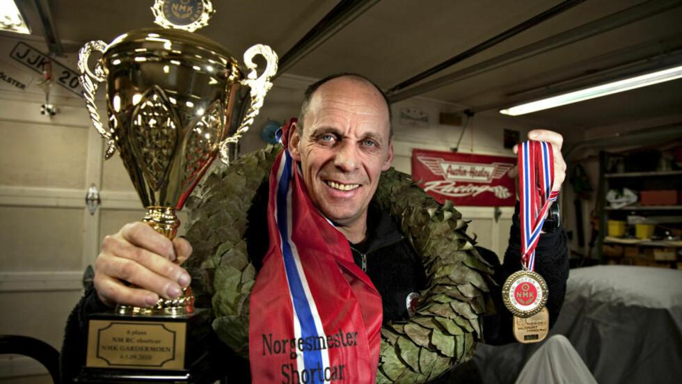 JUBELGUTTEN: Rune Rudberg med synlig bevis på at han ble NM-vinner av i shortcar-kjøring 2010. Alle foto: Anders Grønneberg