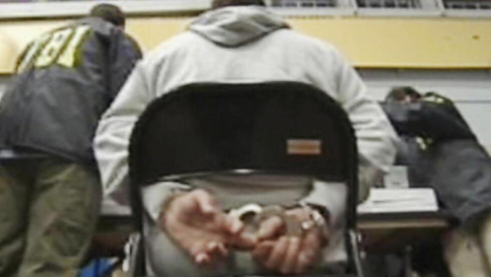 ENORM AKSJON: Denne bildegrabben fra en AP-video viser en av de pågrepne mafiamedlemmene i Brooklyn i dag tidlig. 800 politifolk slo til mot over 110 mafiamedlemmer i New York, New Jersey, Rhode Island og Italia i morgentimene i dag. Foto: AP Photo/APTN