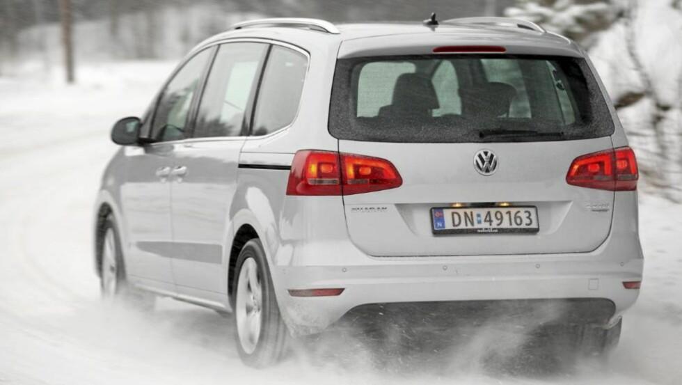 STØDIG: VW Sharan er både lang, bred og høy. Kjøregenskapene er generelt stødige, men på glatt underlag kan hekken av og til komme ut. Foto: Egil Nordlien HM Foto