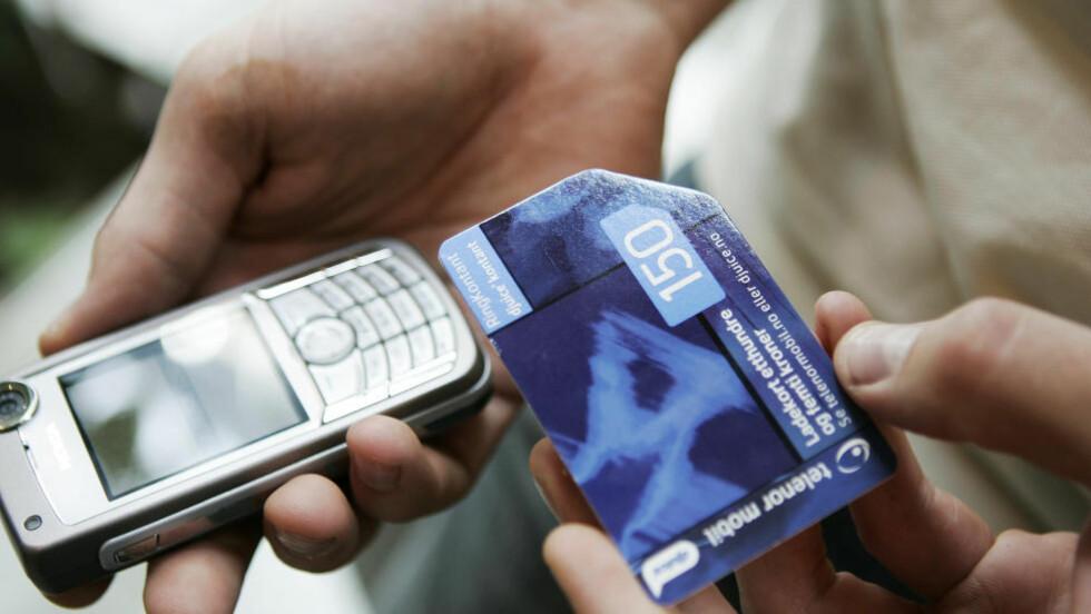 KJØPTE KONTANTKORT: En mann i 50-årene fra Brumunddal er tiltalt for å ha voldtatt ei tenåringsjente i bytte mot et kontantkort til mobil. Illustrasjonsfoto: Heiko Junge / SCANPIX