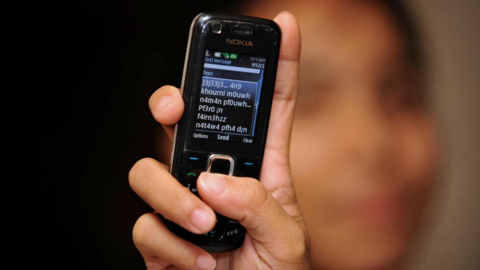 FARLIG BAK RATTET:  En av fire sjåfører innrømmer at de sender tekstmeldinger mens de kjører bil. Og farlig mobilbruk forårsaker minst hver sjette dødsulykke i trafikken, viser undersøkelse fra USA. ILLUSTRASJONSFOTO: AFP/SCANPIX.