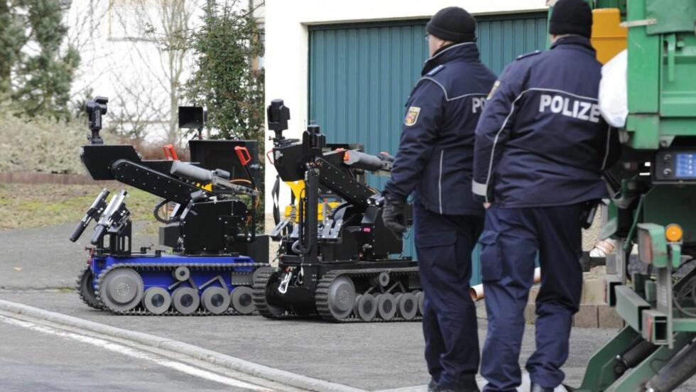 Fant eksplosiver: Politi gjør seg her klar til å sjekke et funn av rundt 60 kilo nitroglyserin på en eiendom i den tyske byen Becherbach. Foto: Scanpix