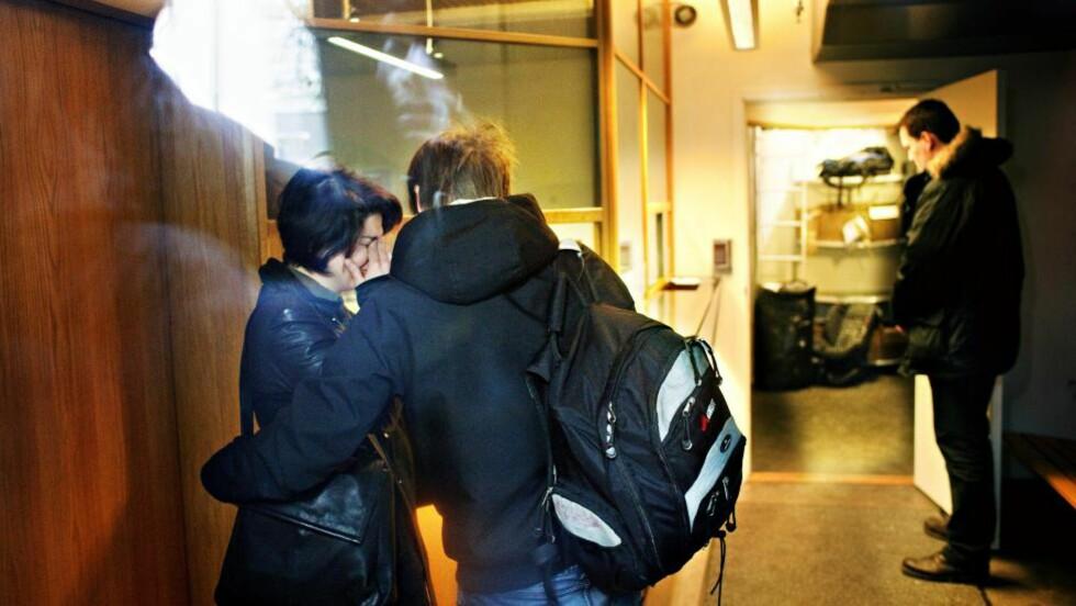 BRAST I GRÅT: Her får Maria Amelie beskjeden fra politiet om at hun vil fraktes ut av landet i dag. Kjæresten Eivind Trædal trøster. Han har fått visum til Russland og vil følge etter Amelie. Foto: Nina Hansen.