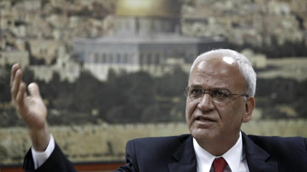 SJEFFORHANDLEREN: Palestinernes fredsforhandler gjennom flere tiår, Saeb Erakat, benekter mye av informasjonen som nå er kommet ut via Al Jazeera. Den arabiske tv-kanalen sier de har fått tilgang til over 16.000 hemmeligstemplede notat fra forhandlingene mellom palestinere, israelere og amerikanere. Her er han Erekat avbildet fra en pressekonferanse i november i fjor, da han offentliggjorde at palestinerne vil be FNs sikkerhetssråd anerkjenne en palestinsk stat. Foto: Atef Safadi/Epa/Scanpix