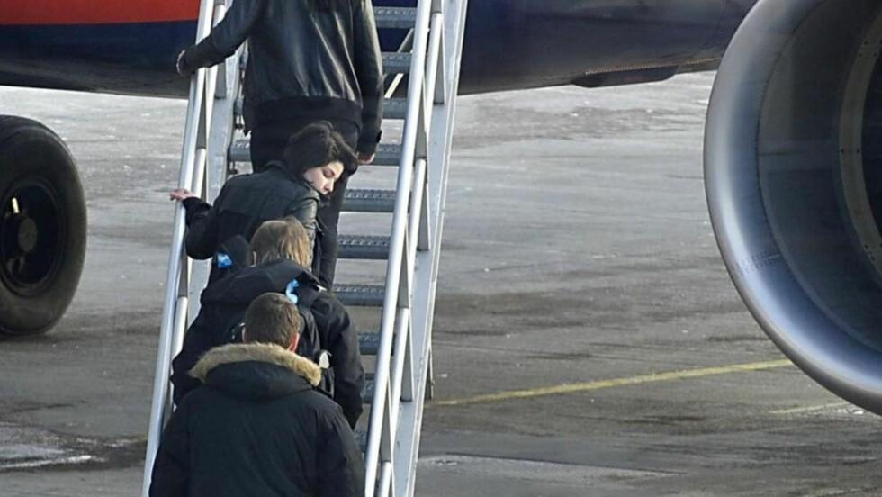 GIKK OM BORD: Her går Maria Amelie om bord i flyet som frakter henne ut av Norge, tett etterfulgt av kjæresten, Eivind Trædal. Etter en uke med daglig meldeplikt hos Politiets Utlendingsenhet, valgte politiet i dag å pågripe og kaste Amelie ut av landet. Foto: Øistein Monsen.