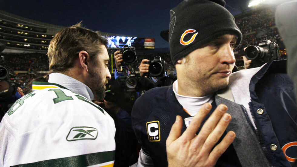 SPARKET FOR FEIRING: Green Bay Packers-quarterback Aaron Rodgers (t.v.) kom med noen trøstende ord til Chicago Bears-kollega Jay Cutler (t.h.) etter at avansementet til Super Bowl var i boks. Kanskje burde også bilselger og Green Bay-fan John Stone holdt feiringen på et minimum da han møtte opp på jobben i Chicago med grønt og gult slips dagen derpå. Stone fikk nemlig sparken for valg av tilbehør. Foto: SCANPIX/REUTERS/Mike Segar