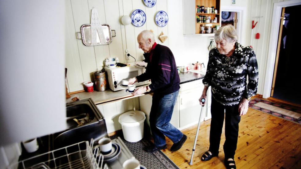 VIL IKKE HA HJEMMEHJELP: Ruth Beate Gundersen får hjelp av ektemannen Harald Gundersen til det meste i huset. Etter et aktivt liv på gården er det tungt for Ruth å være så avhengig av hjelp i det daglige. Foto: Sveinung U. Ystad, Dagbladet