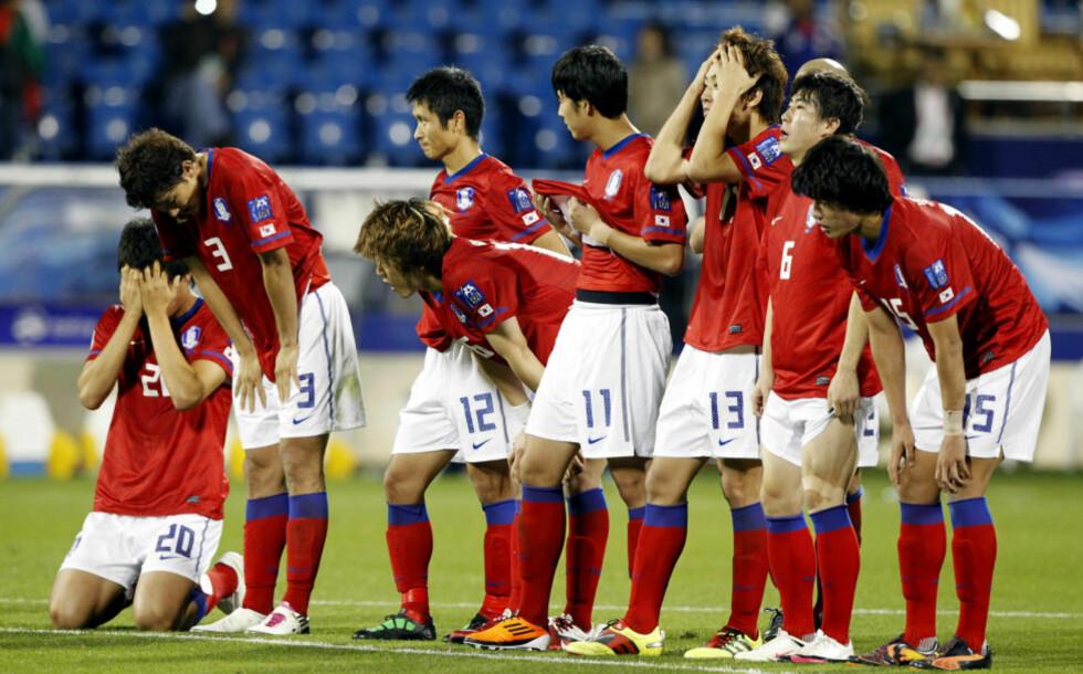 ER DET MULIG?: Resignerte Sør-Korea-spillere så den ene lagkameraten etter den andre feile fra straffemerket. Foto:  REUTERS/Jo Yong-Hak