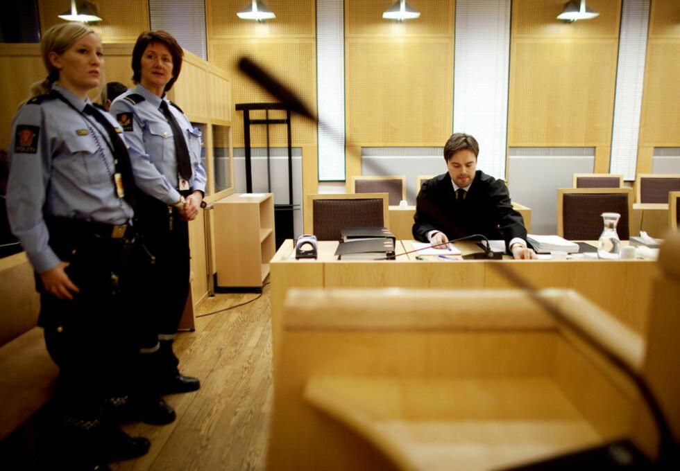 FORKLARER SEG: Sikkerheten står i høysete når den nå 17 år gamle jenta forklarer seg i Oslo Tingrett. Simon L. Skrede er jentas bistandsadvokat.  Foto: Espen Røst/Dagbladet