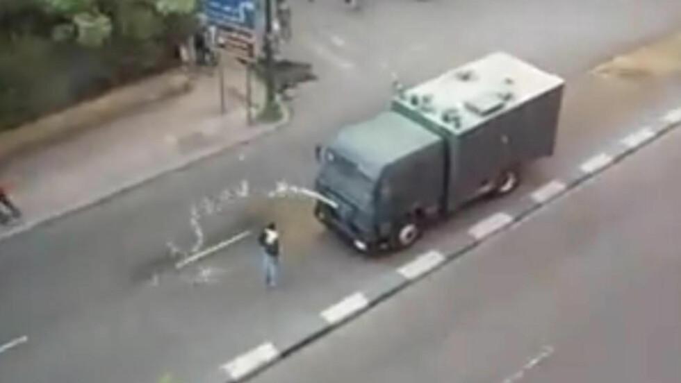 HYLLES SOM HELT:  En enslig demonstrant løp foran det pansrede kjøretøyet, i en video som på nettet blir omtalt som «Egypts Tiananmen-øyeblikk». Foto: YouTube.