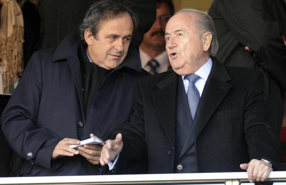 BØR DELE PÅ BYRDEN: Uefa-president Michel Platini (t.v.) støtter Fifa-president Sepp Blatter i at fotball-VM i Qatar i 2022 bør spilles vinterstid, men mener også at mesterskapet bør deles mellom flere av statene i regionen.Foto: SCANPIX/AP Photo/Martin Meissner
