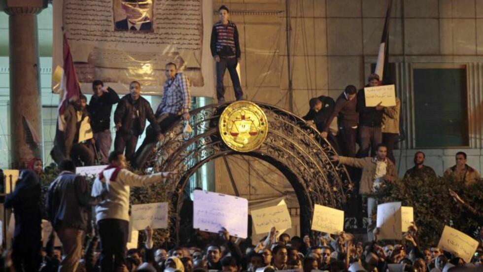 MER URO:  Etter en roligere dag i de store egyptiske byene i dag, har større folkemasser samlet seg i Kairo i kveld. Ytterligere en politimann og en demonstrant er rapportert drept onsdag kveld. FOTO: LEFTERIS PITARRAKIS, AP/SCANPIX.