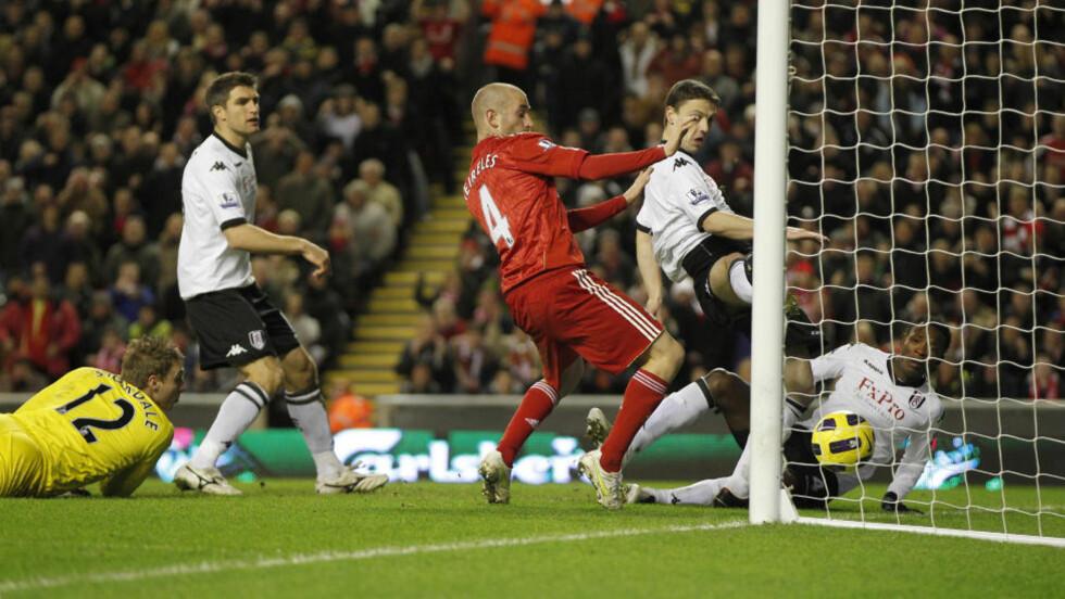 KLØNETE: Liverpool fikk med seg alle tre poengene da John Paintsil og David Stockdale rotet det til foran mål i det 52. minutt.Foto: SCANPIX/REUTERS/Phil Noble