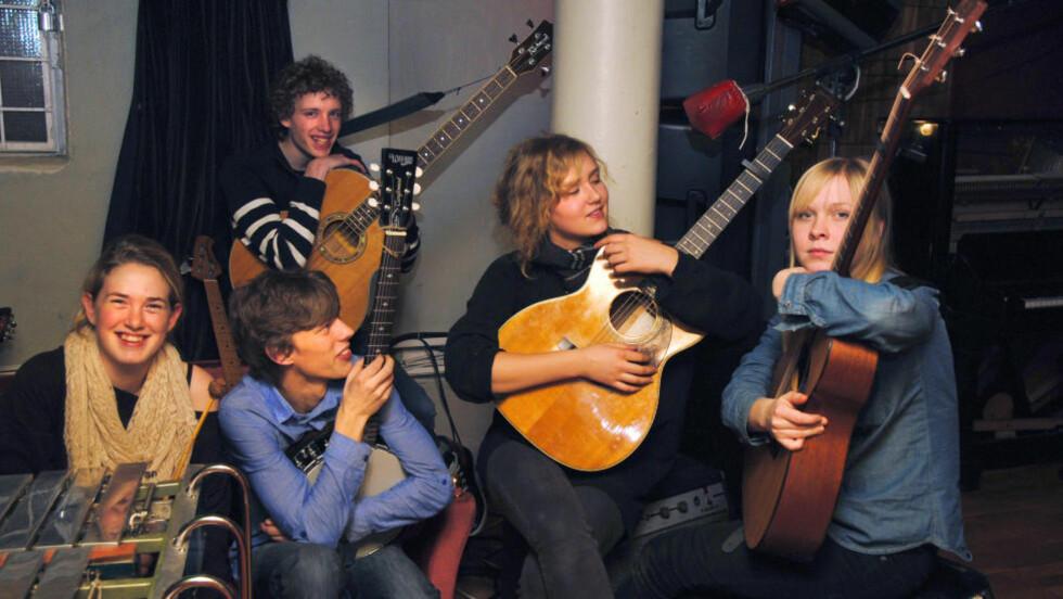 RAKETTFART: Mhoo begynte å spille sammen våren 2009, og slo gjennom på Bylarm i fjor vinter. Nå har de nettopp spilt inn plate i det anerkjente Svenska Grammofon Studio i Gøteborg. Foto: Mhoo