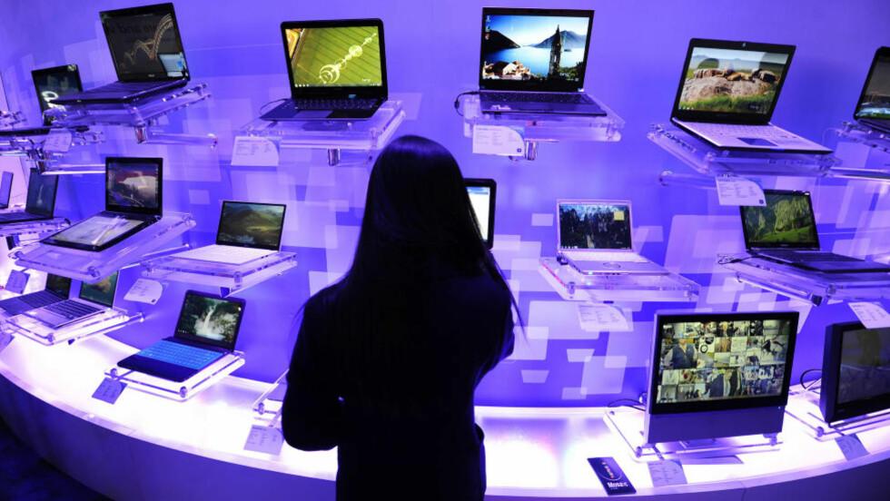 PASSIVE KONSUMENTER: Hvis du virkelig vil bidra til samfunnsendring, må du designe framtidas kommunikasjonsstandard selv, mener kronikkforfatteren. Han vil ha en bred samfunnsdebatt om teknologi. Foto: AFP/Scanpix
