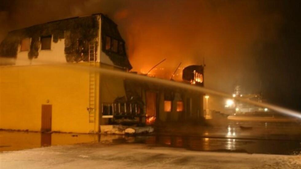 BRENNER:  Brannvesenet har foreløpig ikke kontroll på brannen i Båtsfjord, og det er fare for spredning. Foto: Gunnar Isaksen