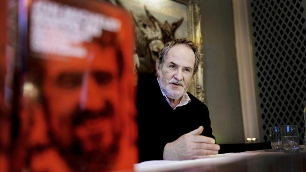 DELER MAPPEINNHOLD: Jon Michelets prosjekt har gjort innholdet i mappa til skjelett i et selvbiografisk prosjekt. Foto: John T. Pedersen/Dagbladet