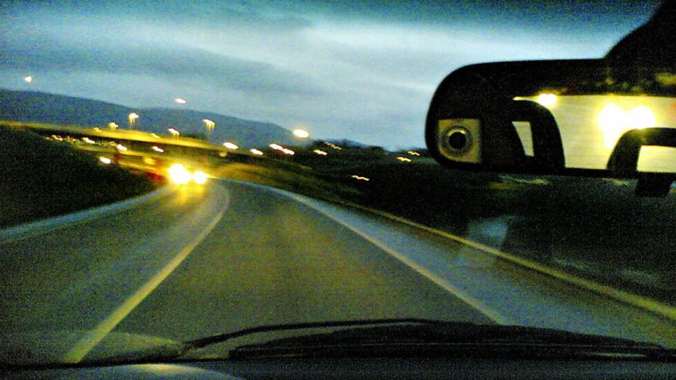 BLE BANKET OPP: Sjåføren hadde glemt å skru av fjernlysene - derfor kræsjet sjåføren i den møtende bilen inn i bilen hans for å så banke han opp. Illustrasjonsfoto.