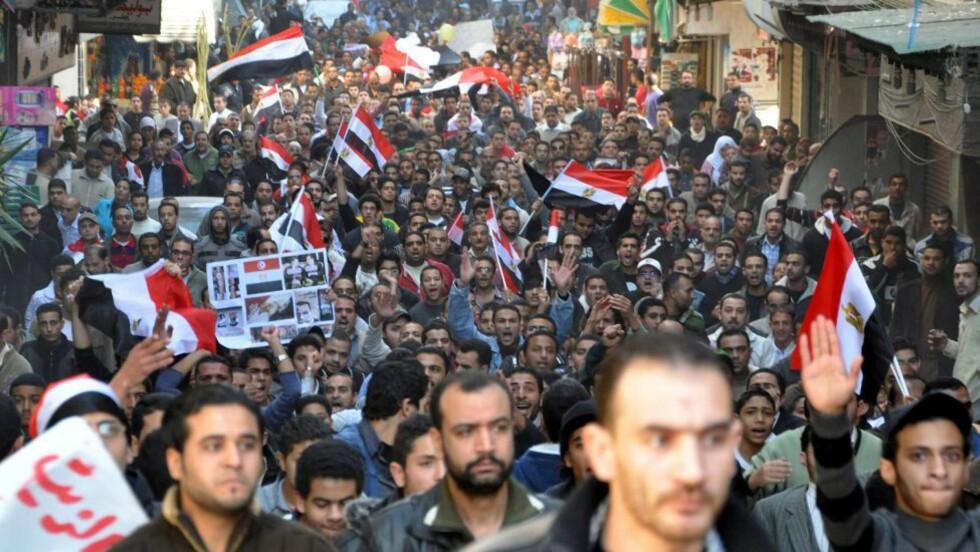 FIKK KONTROLL OVER MILLIONBY: Over 500 000 demonstranter fikk kontroll over millionbyen Alexandria i dag, men da stridsvogn inntok byen i kveld jublet folkemassen. Foto: EPA/Ahmed Youssef/Scanpix