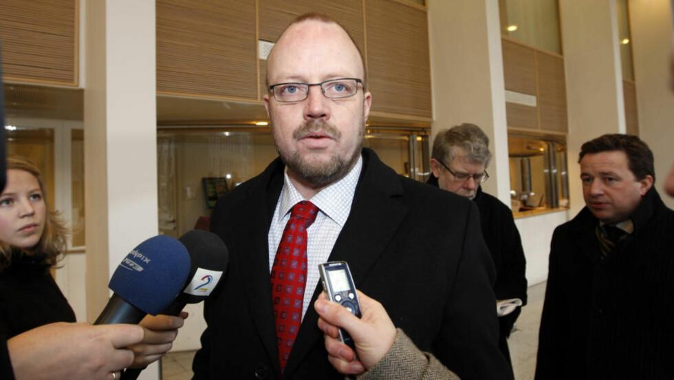 I HARDT VÆR TIDLIGERE: Ordfører Geir Waage i Rana  på vei til et  møte med daværende kommunal- og regionalminister Magnhild Meltveit Kleppa i febraur 2008 i forbindelse med Terra-saken. Nå er to av kommunetoppene siktet for korrupsjon med strafferammer på 10 og tre år. Siktelsen kom etter at politiet hadde gjennomført en razzia på rådhuset i Mo i dag. ARKIVFOTO: LISE ÅSERUD, SCANPIX.