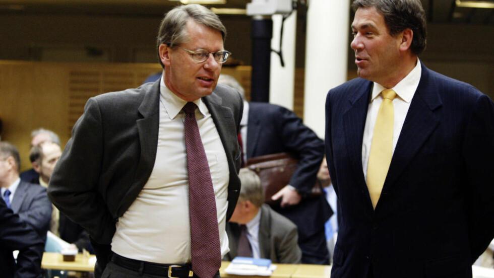 OPPGJØR: Her er Orkla-storeier Stein Erik Hagen (t. h.) og daværende konsernsjef Finn Jebsen sammen under en eierskapskonferanse hos nærings- og handelsministeren i 2004. Nå har de to røket sammen i et oppgjør om hvordan Hagen styrer Orkla. Foto: Cornelius Poppe / SCANPIX