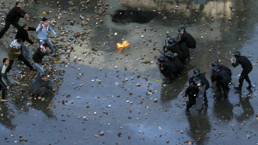 STABILT?: Sammenstøt mellom opprørere og opprørspoliti i Suez for to dager siden. Foto: REUTERS/Mohamed Abd El-Ghany