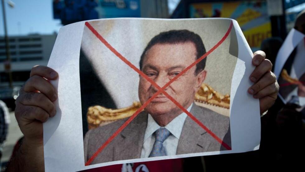 GÅ MUBARAK!: Over hele verden deltok egyptere i støttedemonstrasjoner mot president Hosni Mubarak. Her holder en egptisk amerikaner i Atlanta fram en plakat med klart budskap. Foto: Rich Addicks / AP