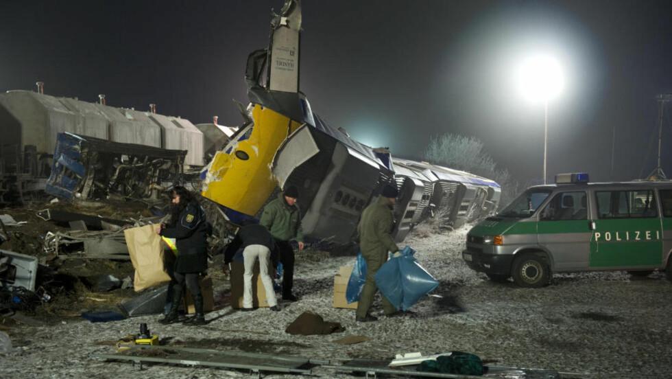 TO OMKOMNE:  Et passasjertog kolliderte med et godstog ved Hodorf, rundt 190 kilometer vest for Berlin rett over midnatt i natt. Foto:  AFP PHOTO / ODD ANDERSEN/SCANPIX