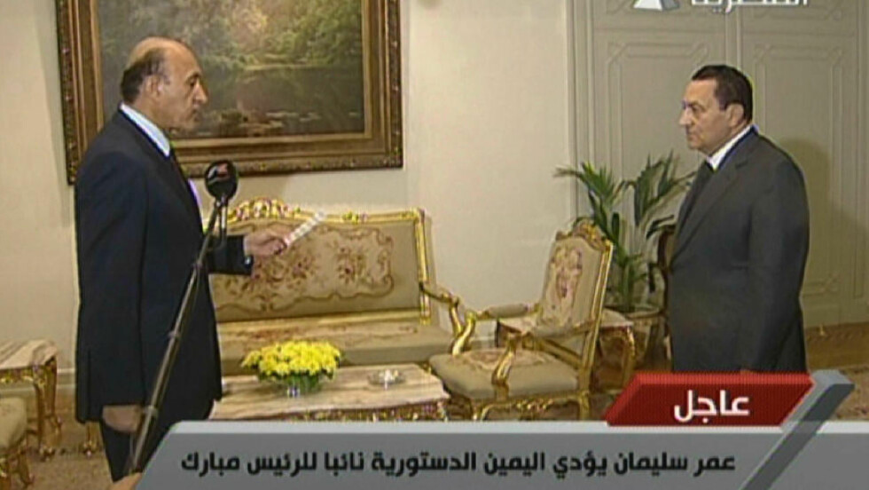 SVERGES INN: Her sverges Egypts etterretningssjef Omar Suleiman (t.v.) inn som visepresident. President Hosni Mubarak står til høyre.Foto: AFP PHOTO/HO/EGYPTIAN AL-MASRIYA TV