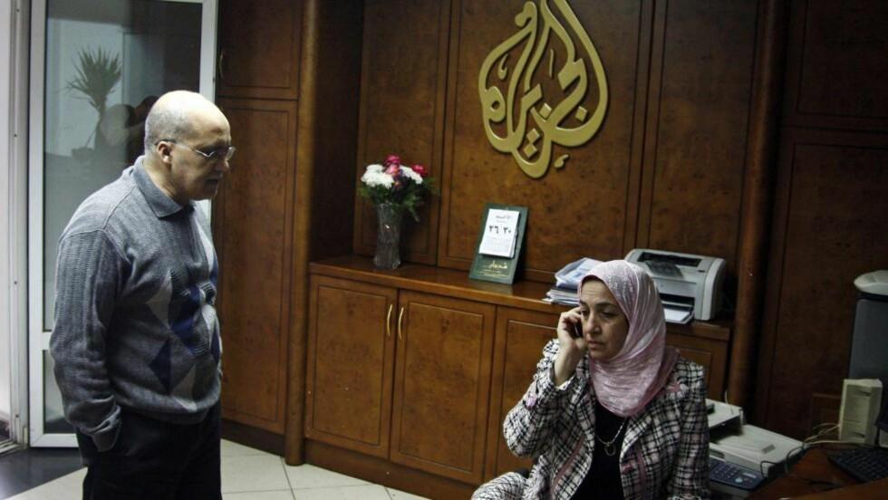 KNEBLES? Stemningen var ikke på topp i Al Jazeeras lokaler i Kairo i dag, etter meldingen om at myndighetene vil stenge kanalen. Foto: EPA/AHMED KHALED/Scanpix
