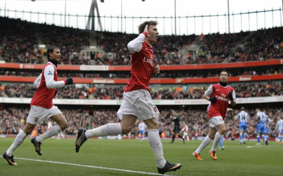 TAKK FOR SIST: Nicklas Bendtners skudd var på vei langt utenfor, men ble styrt i mål av en uheldig Huddersfield-forsvarer. Det stoppet uansett ikke dansken fra å hovere foran bortefansen - som hadde plaget ham tidligere i kampen. Foto: (AP Photo/Sang Tan)
