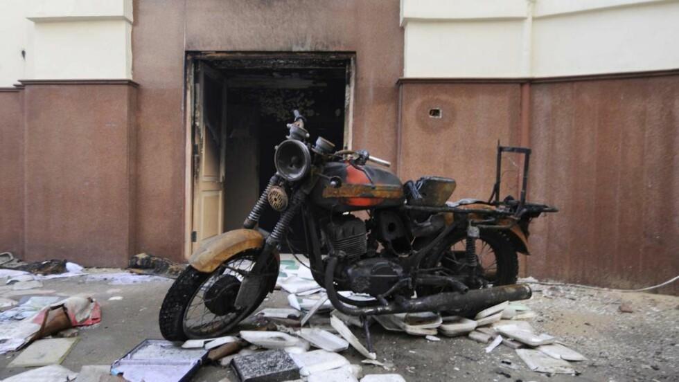 UTBRENT: Kontorene til Mubarak-partiet National Democratic Party har fått hard medfart under opptøyene. Foto: Ken Opprann