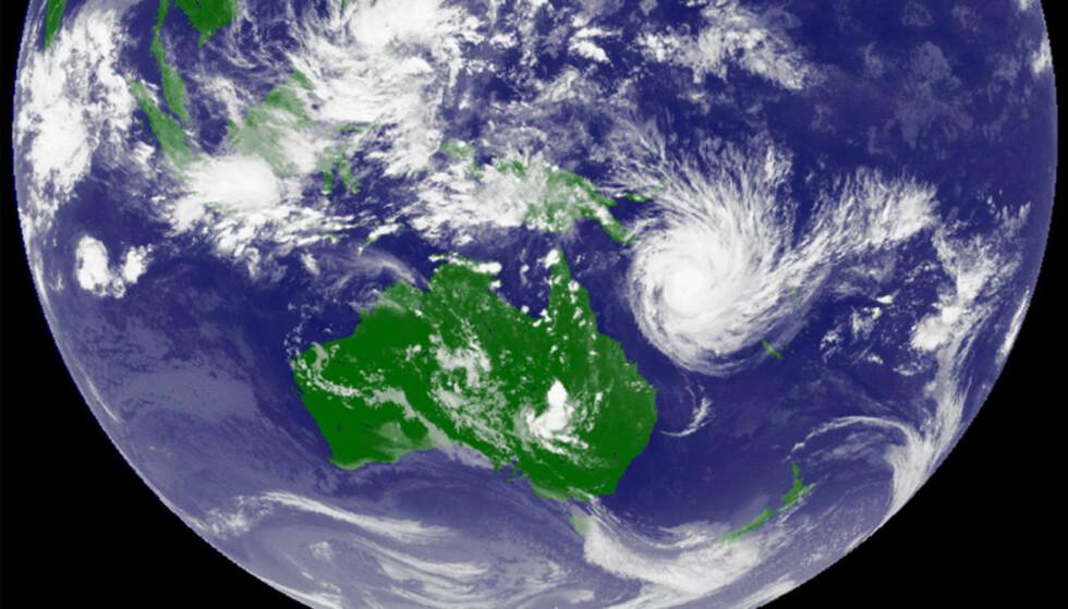 NÆRMER SEG: Satellittbildet fra det japanske meteorologiske instituttet viser tydelig hvordan «Yasi» er på vei inn over Queensland. Foto: DET JAPANSKE METEOROLOGISKE INSTITUTTET/REUTERS/SCANPIX