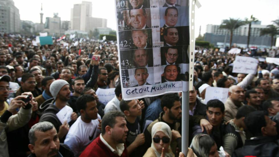 PESSIMISTISK: Det er vanskelig å tenke seg at USA og Israel vil gi slipp på president Mubarak, skriver Tariq Ramadan. Bildet er fra demonstrasjonene i Kairo, og plakaten viser serien av amerikanske presidenter som har holdt Mubarak ved makten. Foto: REUTERS/SCANPIX