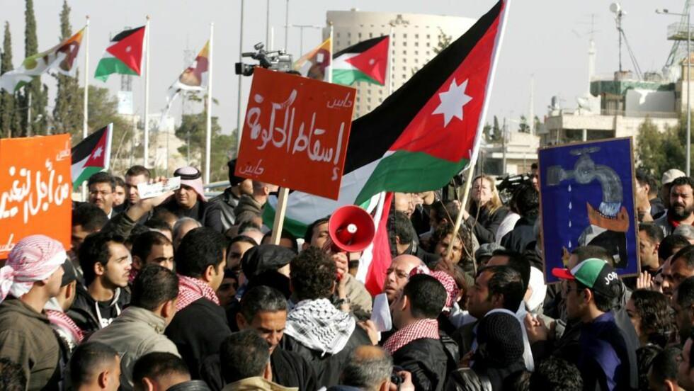 - NED MED REGJERINGEN: Jordans kong Abdullah II har sparket regjeringen etter uker med protester. Foto: AP Photo/Nader Daoud/Scanpix