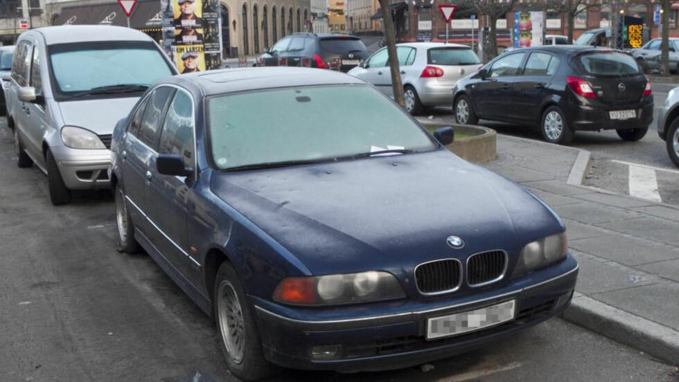LANGTIDSPARKERING: Denne svenske BMW-en har stått parkert på samme parkeringsplass i Århus sentrum siden 17. juni 2010. Eieren har sju millioner utestående i parkeringsbøter og bilavgifter.  Foto: Axel Schütt / SCANPIX