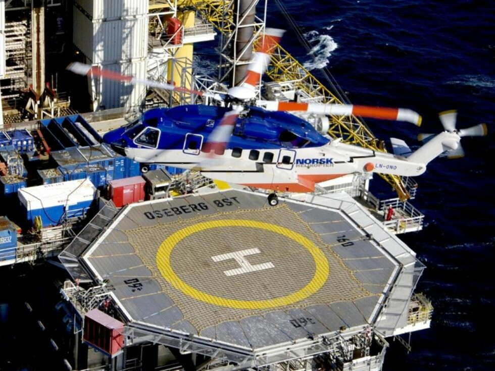 RISTER OG LARMER: Sikorsky S-92 er nå det vanligste helikopteret i passasjertrafikken ut i Nordsjøen. Det er ønsket av oljeselskapene fordi kabinen er så romslig. Helikopteret, som har plass til 19 oljearbeidere, støyer og vibrerer så mye i cockpit at mange piloter blir syke. Her er et S-92 fra tidligere Norsk Helikopter, nå Bristow Norway, i ferd med å lande på Oseberg-plattformen. Foto: Privat