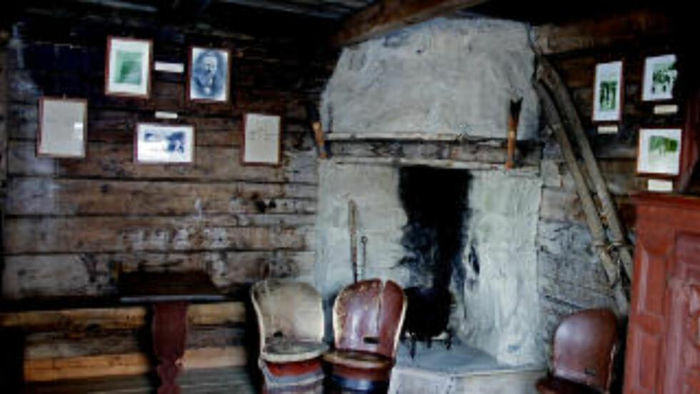 FRA INNSIDEN: Inne i stua på husmannsplassen Øevrbø der Sondre Norheim vokste opp. Foto: OLE C. H. THOMASSEN