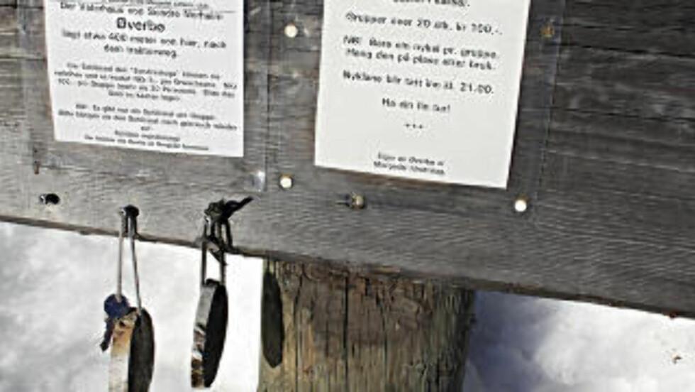 SELVBETJENING: Utenfor Øverbø henger nøkler med informasjon om selvbetjening og rimelig betaling, for å komme inn i stua hvor bygdas største sønn ble født i 1825. Foto: OLE C. H. THOMASSEN